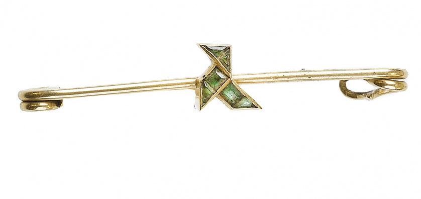 Broche alfiler c.1930 con pajarita de esmeraldas calibradas