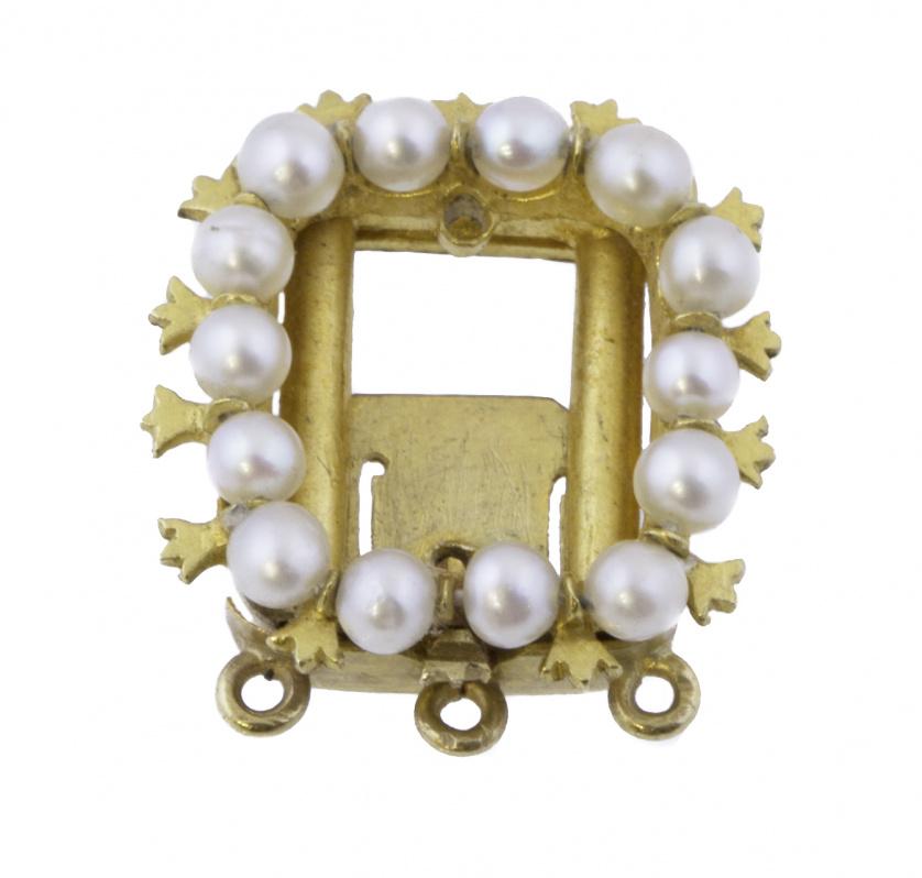 Cierre de colllar de pp. S. XX con cuadrado de perlitas en