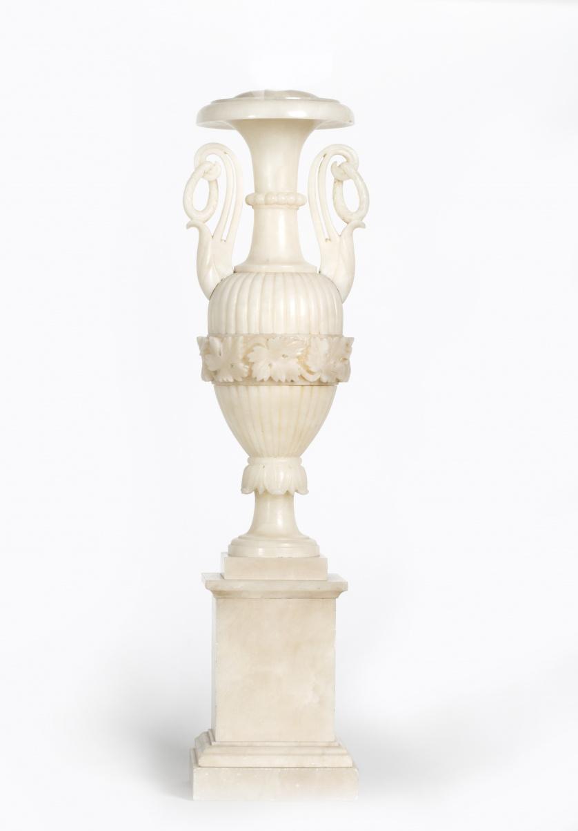 Jarrón en alabastro, cenefa con hojas de parra y asas con f