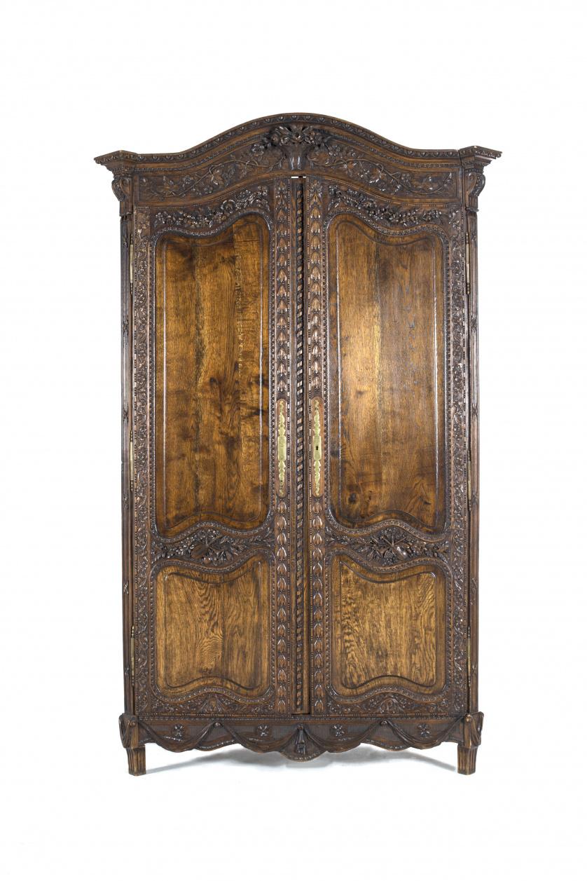 Armario estilo provenzal en madera de roble tallado.Franci