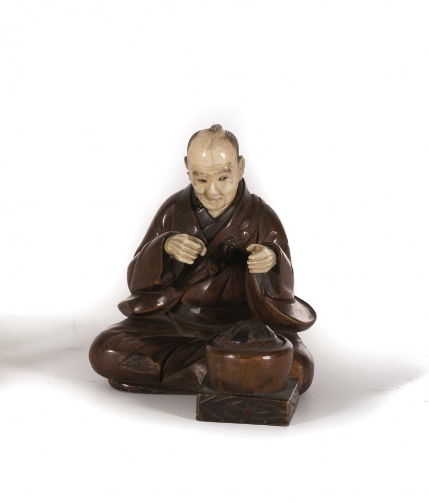 Figura de madera tallada y marfil.Trabajo japonés, Meiji,