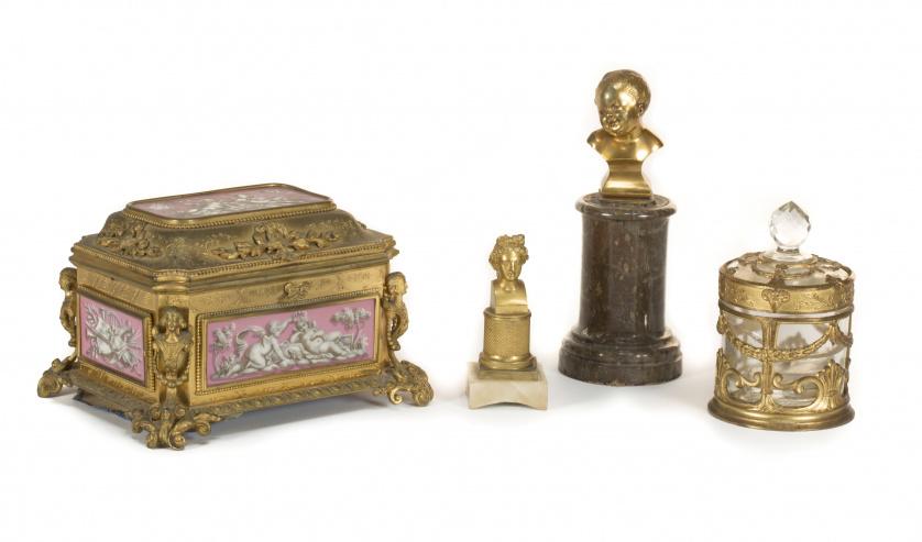 Lote de dos bustos de bronce uno de un Niño y otro de un bu