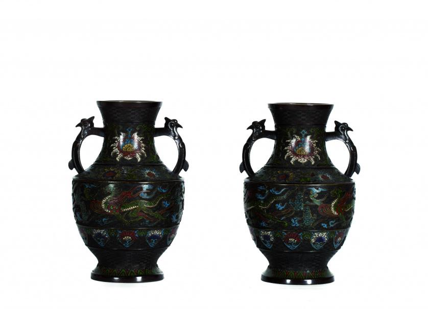 Pareja de jarrones en bronce esmaltado en cloisonné.Japón,