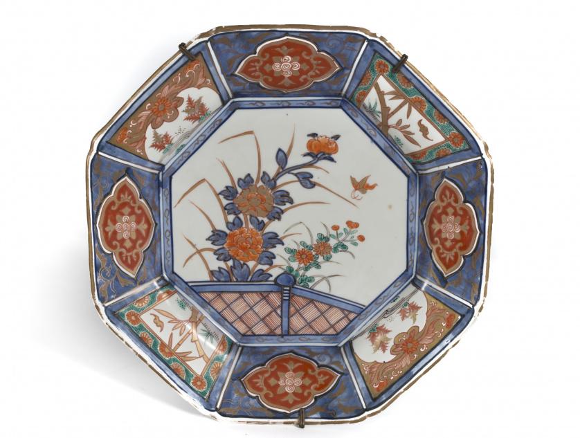 Plato octogonal en porcelana Imari.Japón, S. XIX