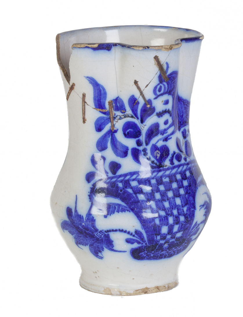 Jarro con asa de cinta, decorado en azul cobalto con un ces