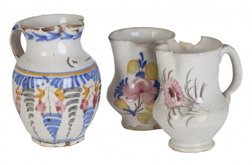 Tres jarros de cerámica; dos de cerámica levantina y uno de