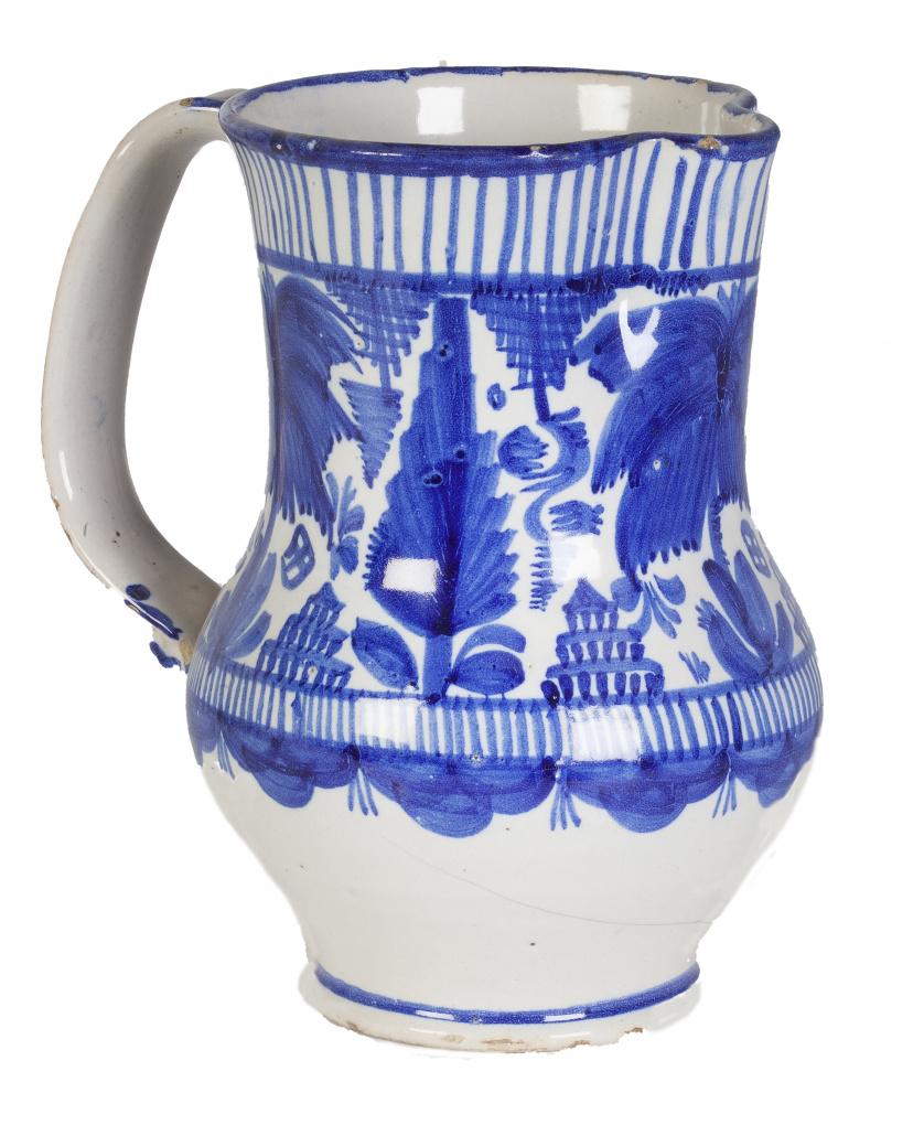 Jarro de asa de cinta cerámica esmaltada en azul, con cenef