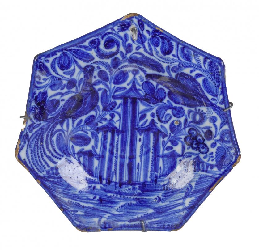 Plato hexagonal de cerámica esmaltada en azul con arquitect
