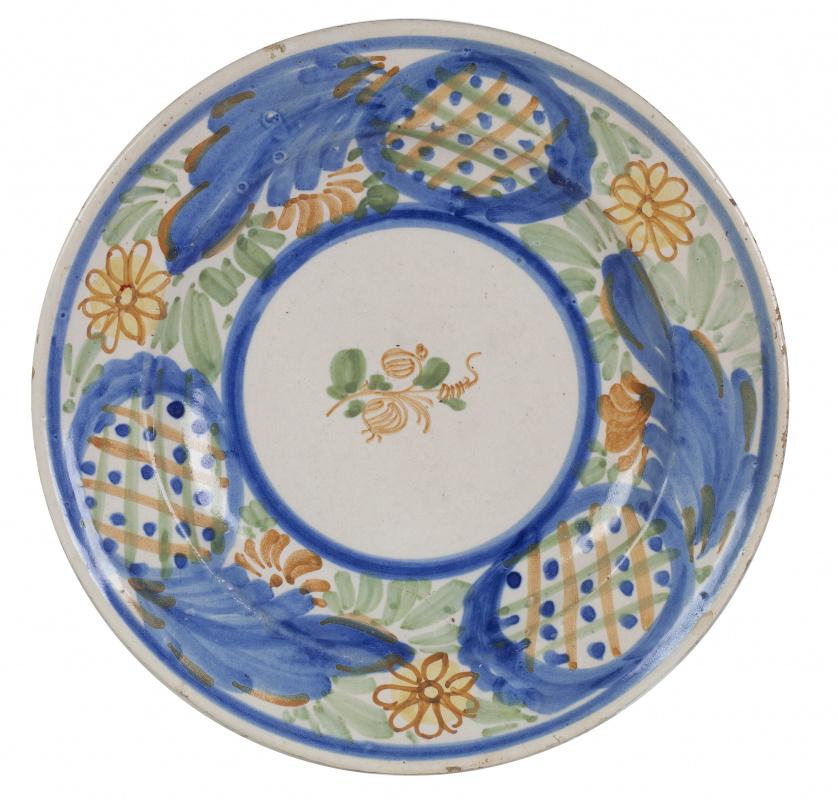 Plato de cerámica esmaltada en ocre, verde y amarillo, con