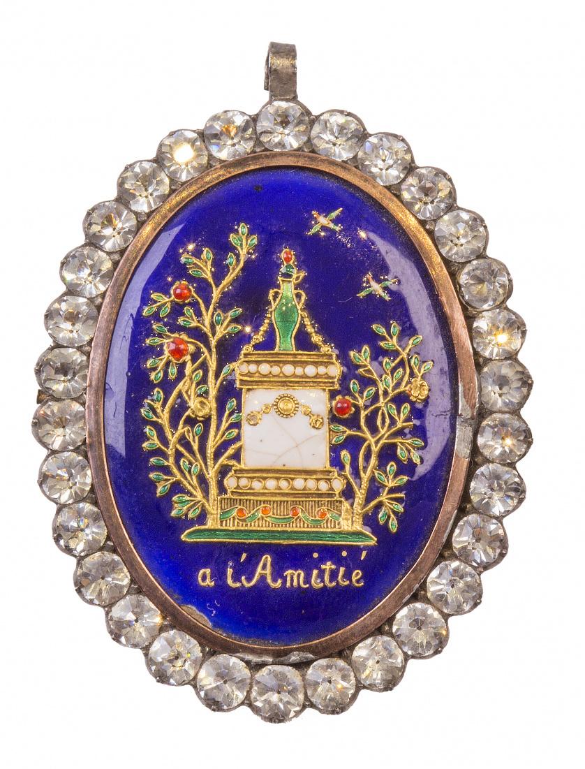 Colgante guardapelo S. XIX con placa oval de oro y esmalte
