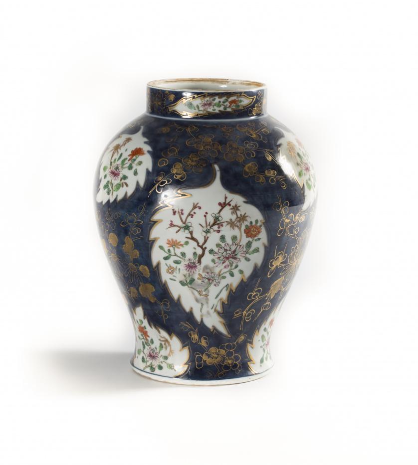 Tibor en porcelana esmaltada de estilo oriental, con decora