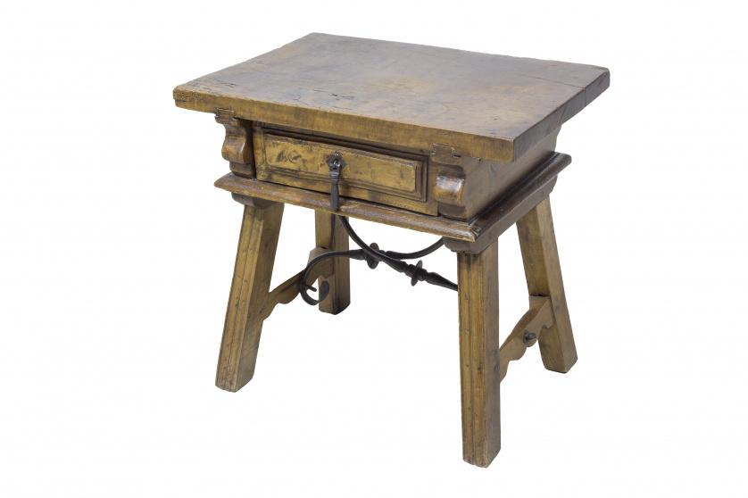 Bufete de estrado en madera de nogal.  Cajón central, patas
