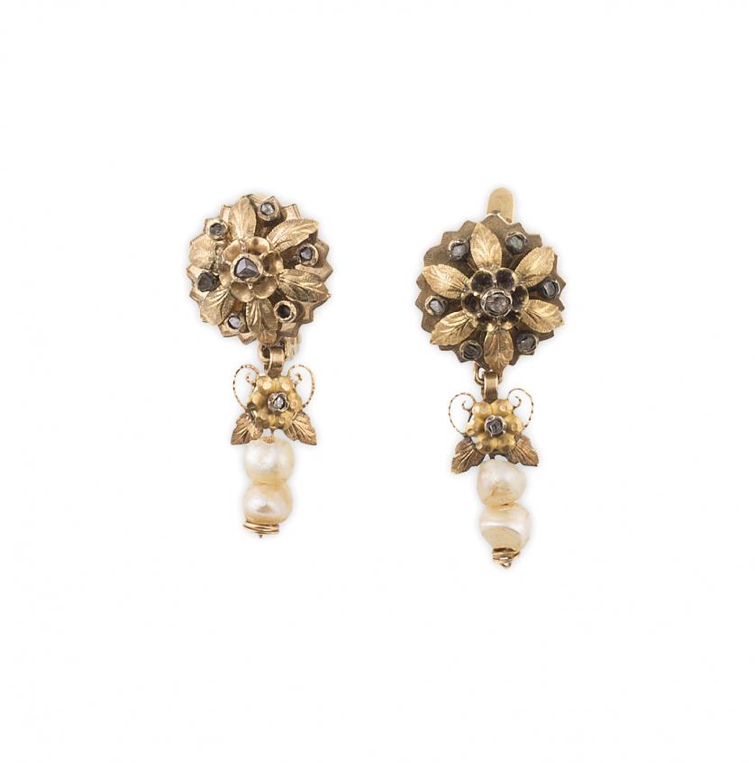 Pendientes largos S. XIX con flor superior con diamantes y