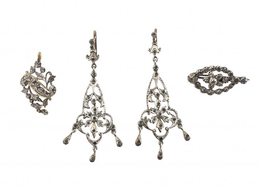 Conjunto  de pendientes largos de plata y strass, y broche