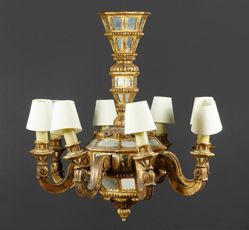 Lámpara de ocho luces en madera tallada y dorada con espejo