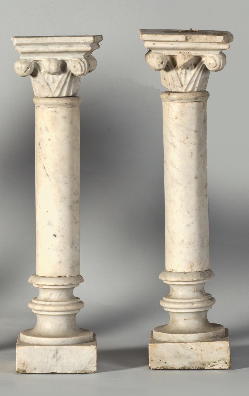 Pareja de columnas de mármol blanco de fuste cilíndrico y c