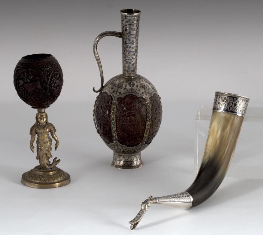 Coco tallado montado en plata con forma de jarro y turquesa