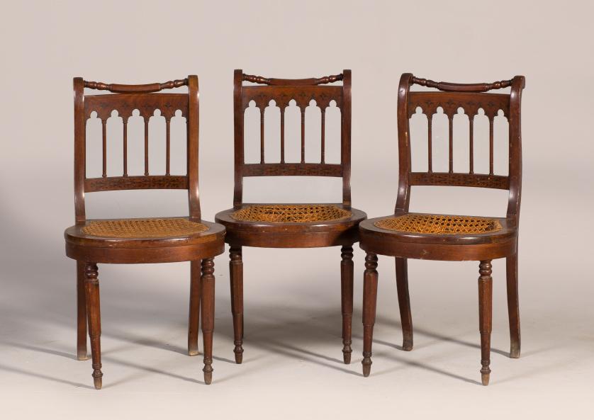 Juego de tres sillas de estilo neogótico de madera de nogal