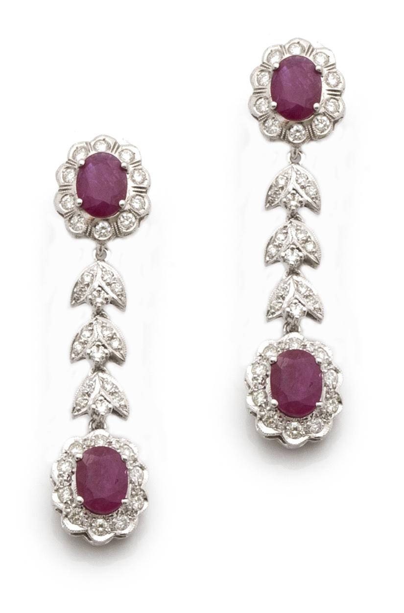 Pendientes largos con rubíes ovales orlados de brillantes,