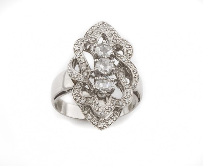 Sortija lanzadera con tres diamantes de talla holandesa que
