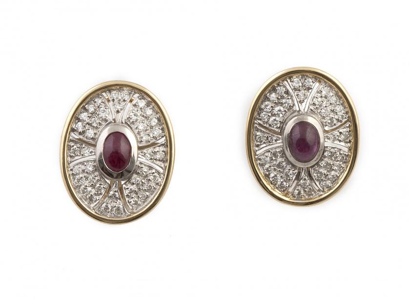 Pendientes ovalados con cabuchón de rubí central enmarcado