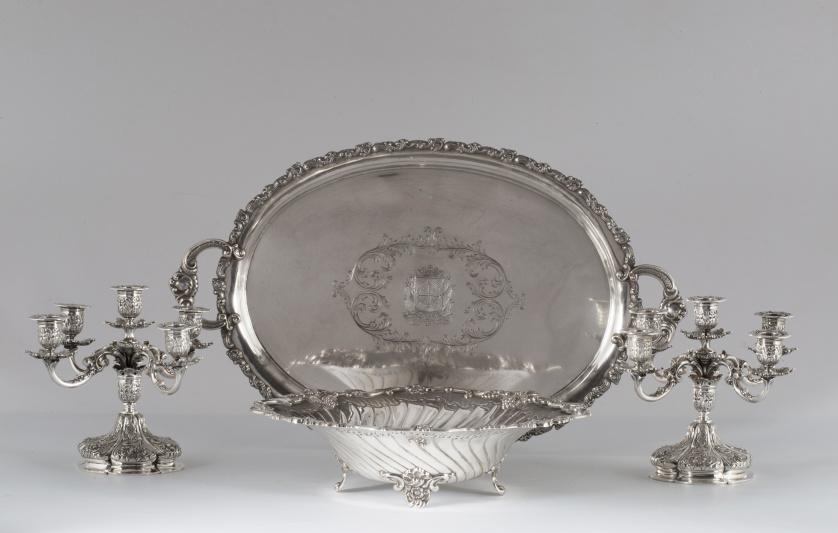 Fuente ovalada en plata grabada, repujada y cincelada.E. P