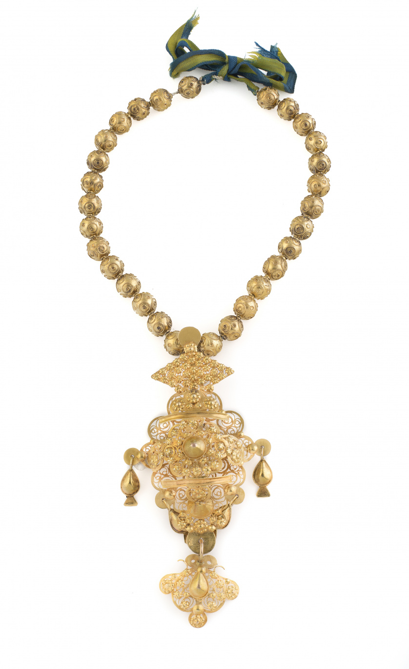 Collar popular charro c. 1860 con 30 cuentas de avellana y