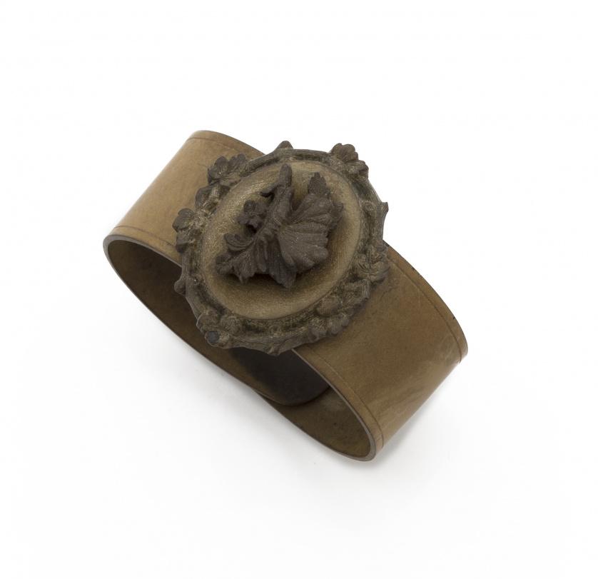 Brazalete Victoriano con camafeo oval central de mariposa y