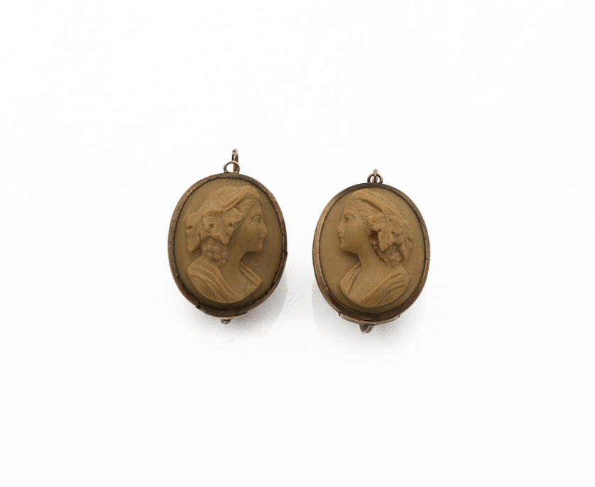 Pendientes de pp s. XX con camafeos de busto de dama tallad