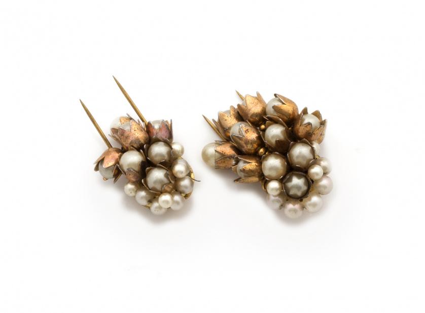 Pareja de broches franceses años 30 con racimos de perlas d
