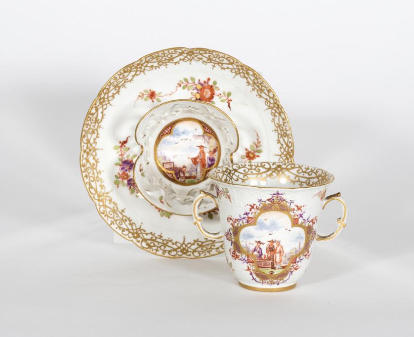 Taza para chocolate de porcelana esmaltada y dorada con dec