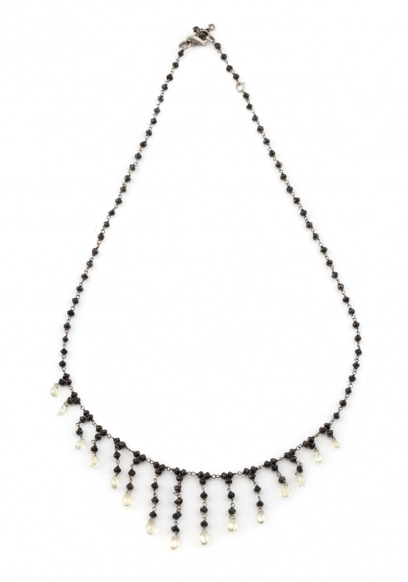 Delicado collar de diamantes negros facetados con cascadas