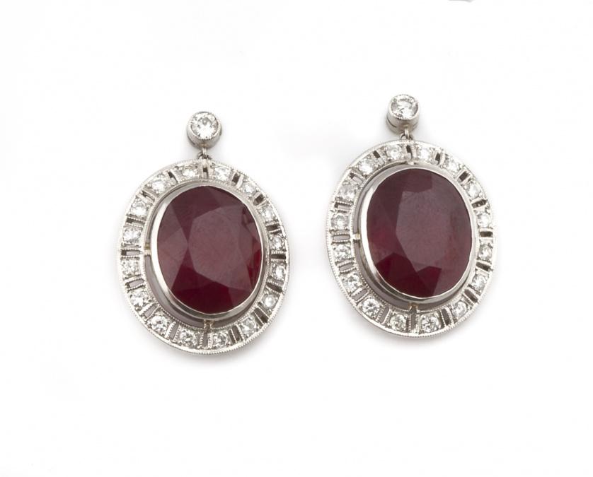 Pendientes estilo Art-Decó de rubíes ovales con marco de br