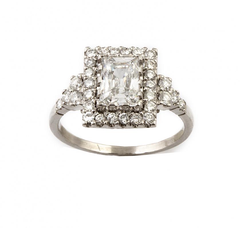 Sortija con diamante talla esmeralda de 1,08 ct color E y g