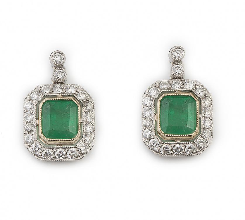 Pendientes con esmeraldas orladas de brillantes que penden