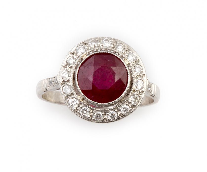 Sortija con rubí de talla redonda de 2,5 ct aprox orlado de