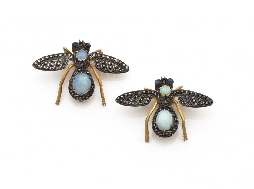 Pareja de broches en forma de mosca con cabuchones de ópalo