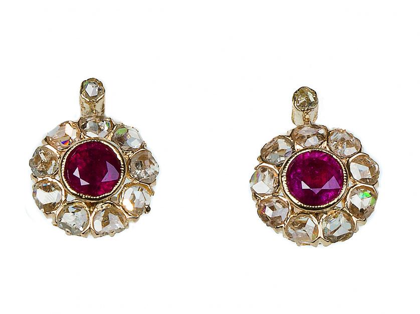 Pendientes con rubí central orlado de rosetón de diamantes,