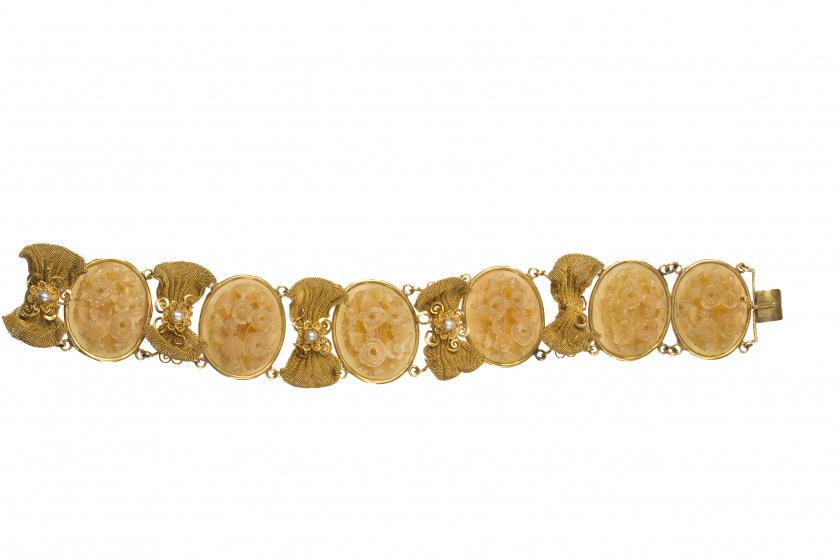 Brazalete de pp. S. XIX con seis camafeos de asta tallada e