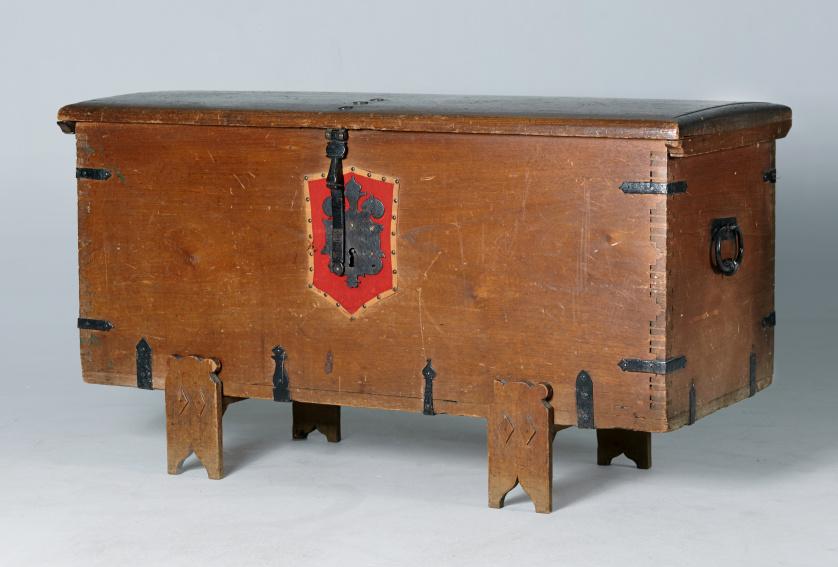 Arcón en madera tallada.Trabajo español, ff. S. XVIII.