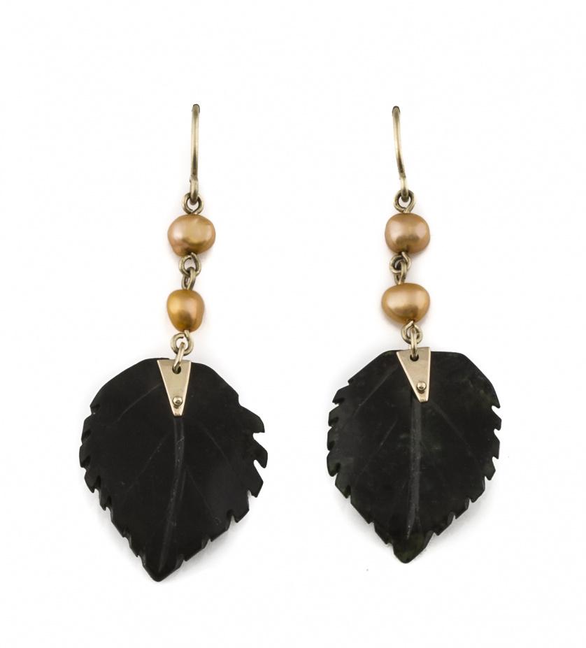 Pendientes largos con hojas de jade y perla dorada en oro d