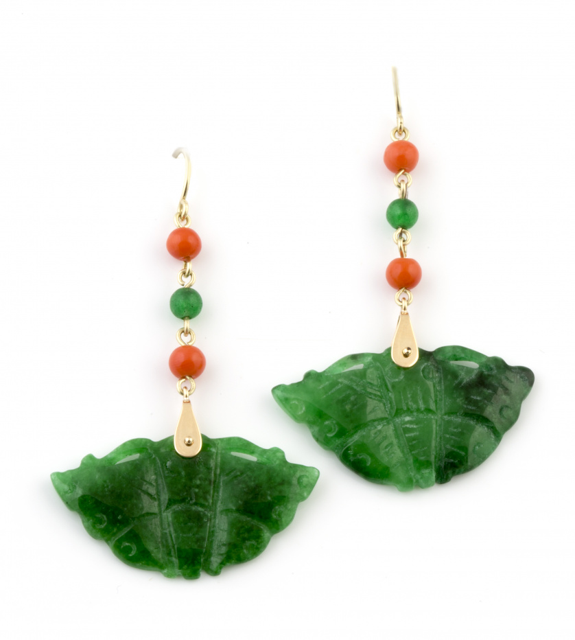 Pendientes largos con abanicos de jade teñido que penden de