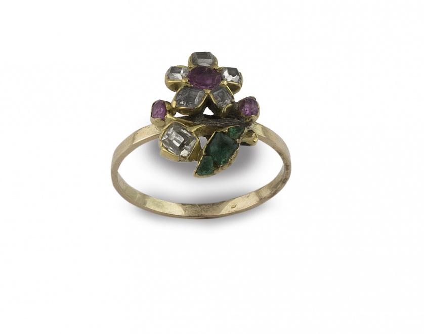 Sortija S.XIX con flor de diamantes talla tabla, rubíes y e