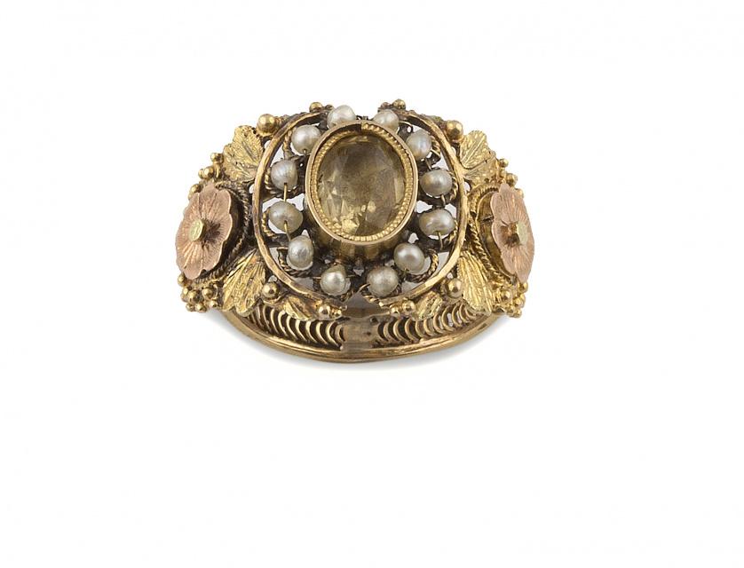 Sortija ancha S.XIX con citrino oval orlado de perlas finas