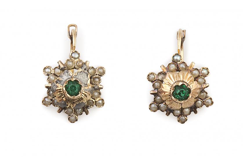 Pendientes flor s.XIX con símil esmeralda central y perlita