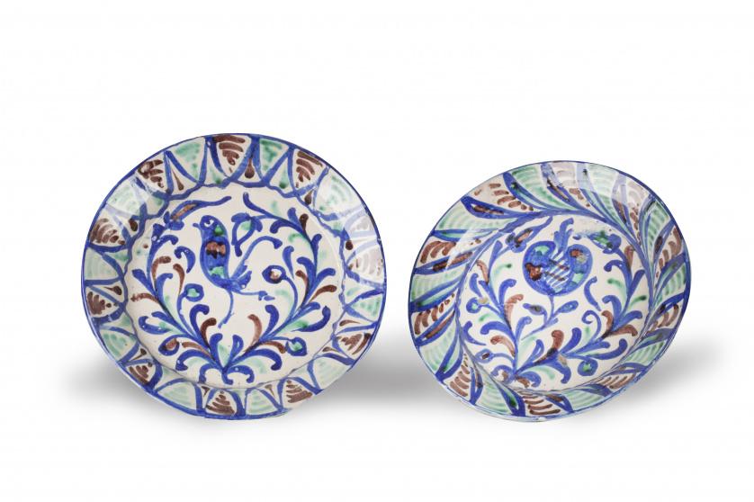 Dos platos de cerámica esmaltada en azul cobalto, verde y o