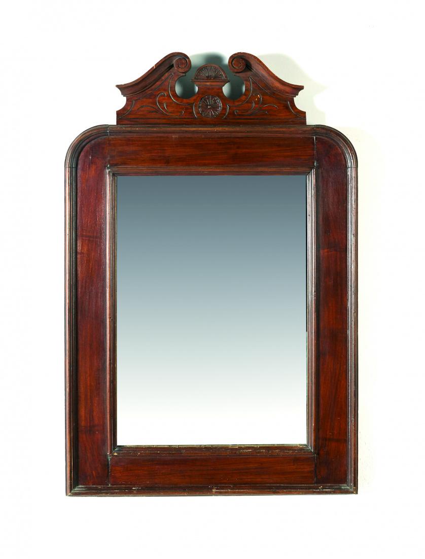 Espejo con marco de nogal con copete estilo inglés.