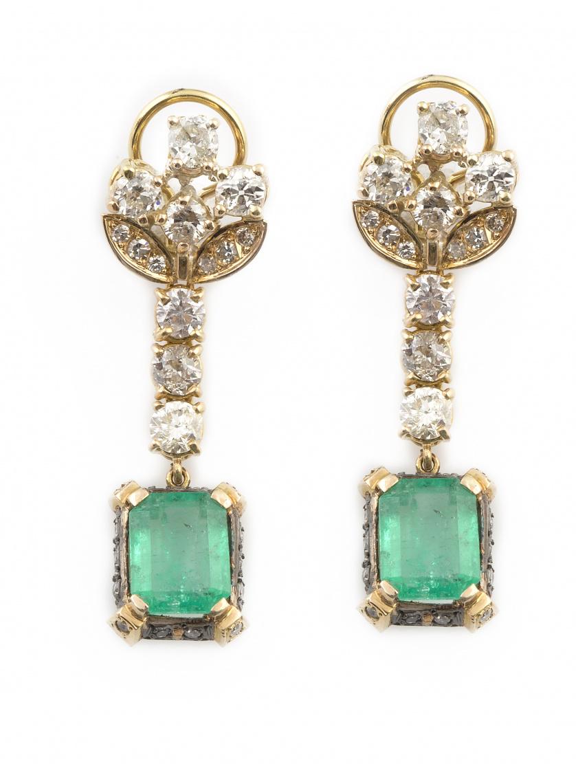 Pendientes largos con esmeraldas colombianas que penden de