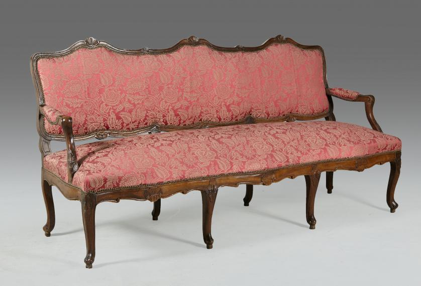 Canapé en madera de nogal, moldada y tallada.Trabajo españ