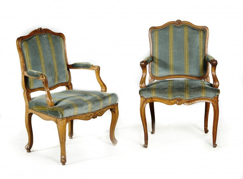 Dos sillas regencia en madera de nogal moldada y tallada.T